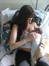 Mamma che allatta in posizione rilassata e semireclinata