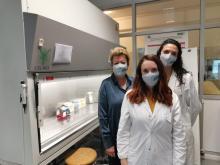 Prof.ssa Giuliana Decorti, dott.ssa Antonella Muzzo e dott.ssa Marianna Lucafò nel laboratorio di Diagnostica Avanzata Traslazionale